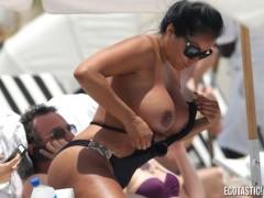 Kiara Mia, topless esplosivo in spiaggia a Miami